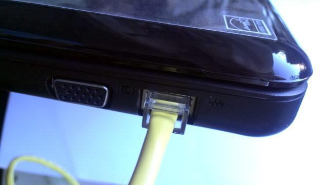 laptop met netwerkkabel